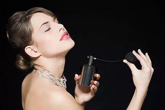 Наносить парфюм нужно на влажную кожу