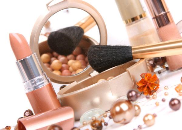 Выполнение макияжа