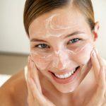 Как очистить кожу лица в домашних условиях: салфетки, спонжи или щетки?