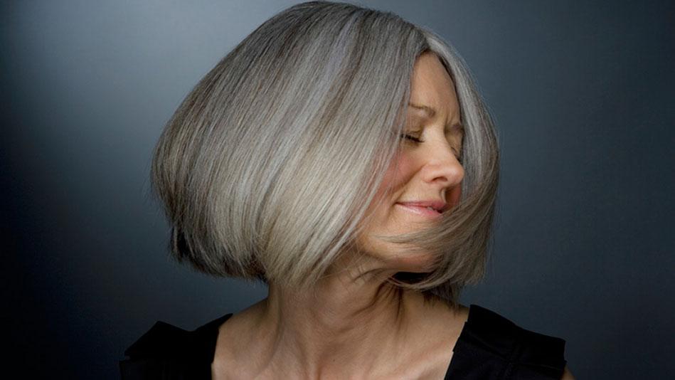 Как выглядеть моложе своих лет: окрашивание прядей волос