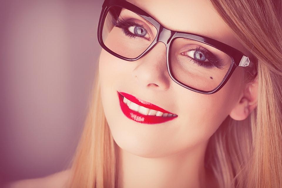 Правила нанесения макияжа: линзы и очки