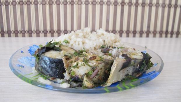 Скумбрия жареная с гарниром из риса и лука